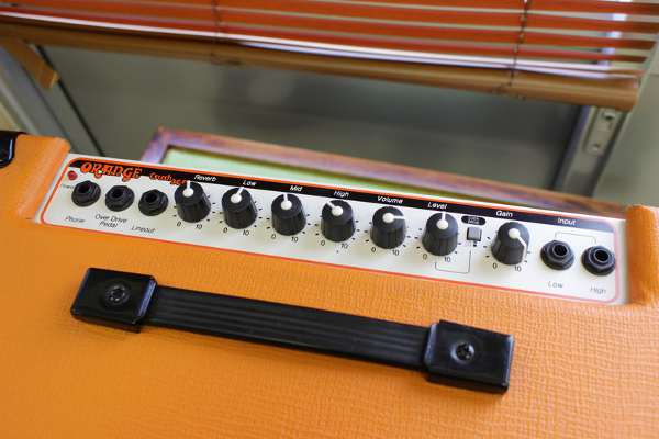 オレンジのギターアンプ Crush 30R