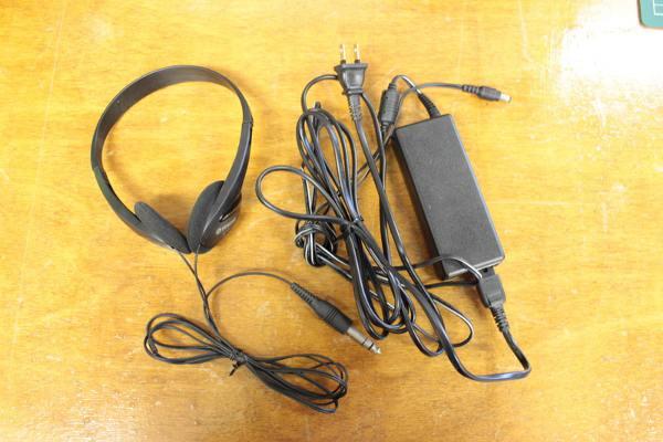 YDP-163の付属品のヘッドフォンと電源アダプター