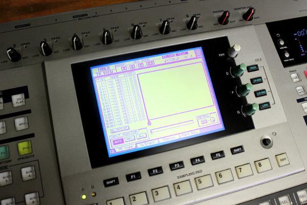 320×240ドットの液晶パネルとFL管パネルを搭載